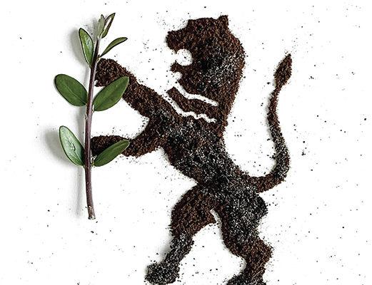 Un leone rampante disegnato in polvere di caffè
